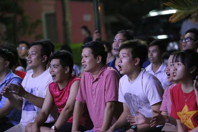 CĐV Thủ đô cháy hết mình cổ vũ, tin Việt Nam sẽ thắng 1-0 trước Thái Lan - Ảnh 7.