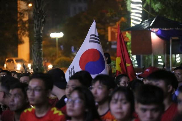 CĐV Thủ đô cháy hết mình cổ vũ, tin Việt Nam sẽ thắng 1-0 trước Thái Lan - Ảnh 9.