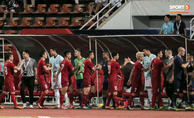 Công Phượng trò chuyện, nắm chặt tay Messi Thái Lan trước những cái nhìn kỳ lạ của đồng đội - Ảnh 1.