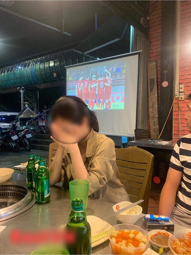 Đang đi ăn ủng hộ ĐT Việt Nam, cô gái chợt thấy trên tivi chiếu cảnh người yêu đang ở SVĐ làm điều không tưởng đến nỗi bật khóc tại chỗ - Ảnh 2.