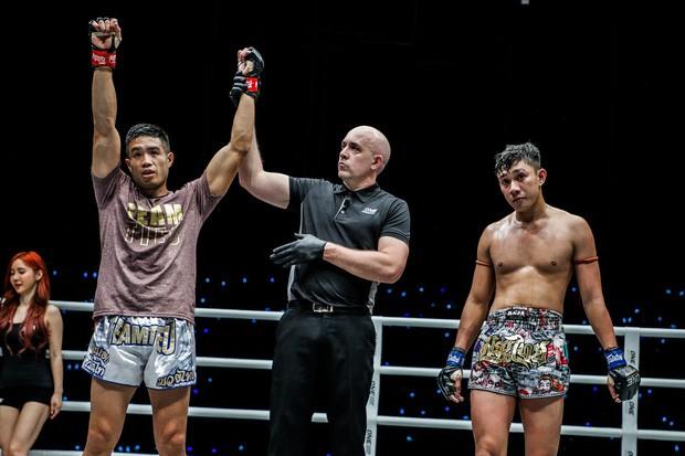 Michael Phạm cho nhà vô địch Malaysia sấp mặt, trở thành tay đấm gốc Việt đầu tiên làm được điều này - Ảnh 2.