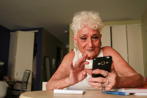 Sung mãn tuổi gần đất xa trời: Cụ bà U90 lướt Tinder mỗi ngày để tìm kiếm trai trẻ - Ảnh 1.