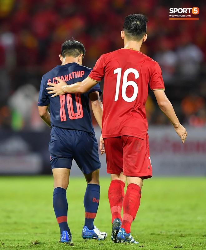 Công Phượng trò chuyện, nắm chặt tay Messi Thái Lan trước những cái nhìn kỳ lạ của đồng đội - Ảnh 15.