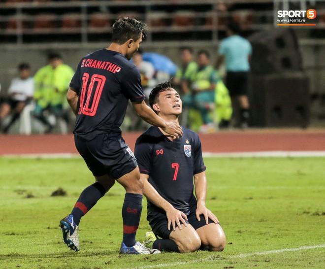 Công Phượng trò chuyện, nắm chặt tay Messi Thái Lan trước những cái nhìn kỳ lạ của đồng đội - Ảnh 16.