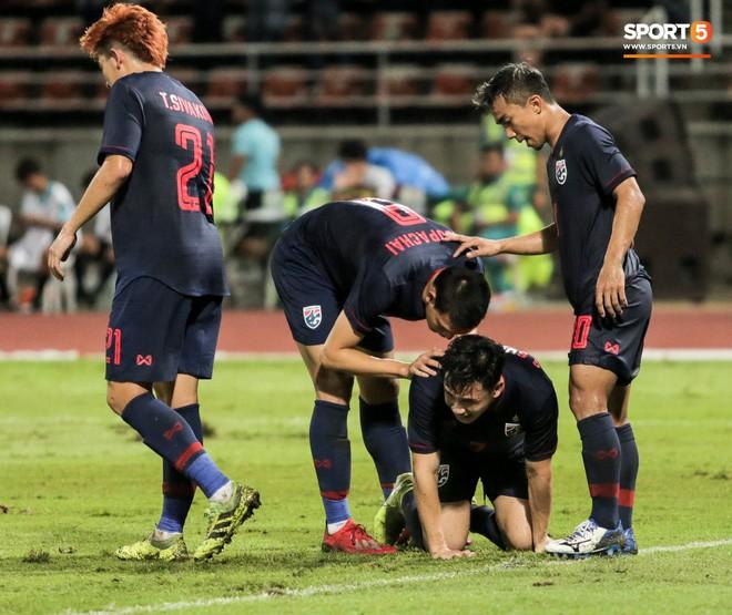 Công Phượng trò chuyện, nắm chặt tay Messi Thái Lan trước những cái nhìn kỳ lạ của đồng đội - Ảnh 17.