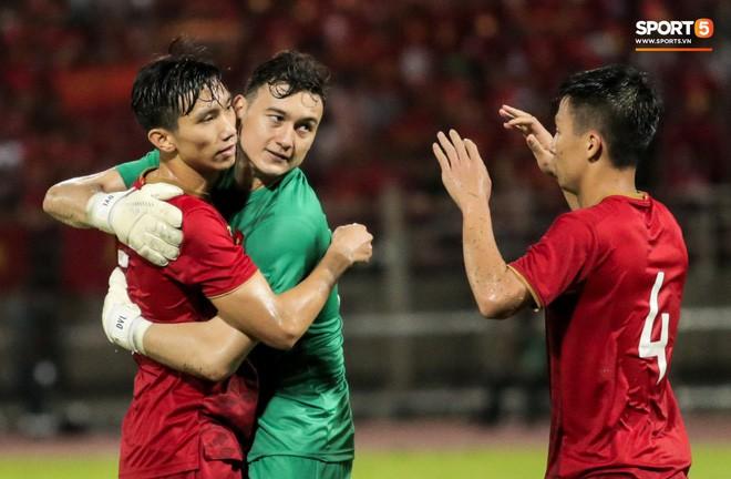 Công Phượng trò chuyện, nắm chặt tay Messi Thái Lan trước những cái nhìn kỳ lạ của đồng đội - Ảnh 18.