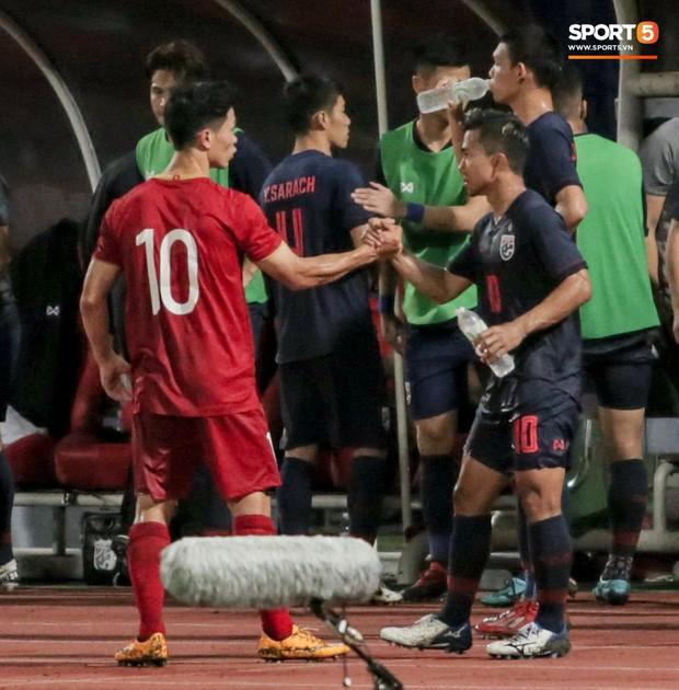 Công Phượng trò chuyện, nắm chặt tay Messi Thái Lan trước những cái nhìn kỳ lạ của đồng đội - Ảnh 3.
