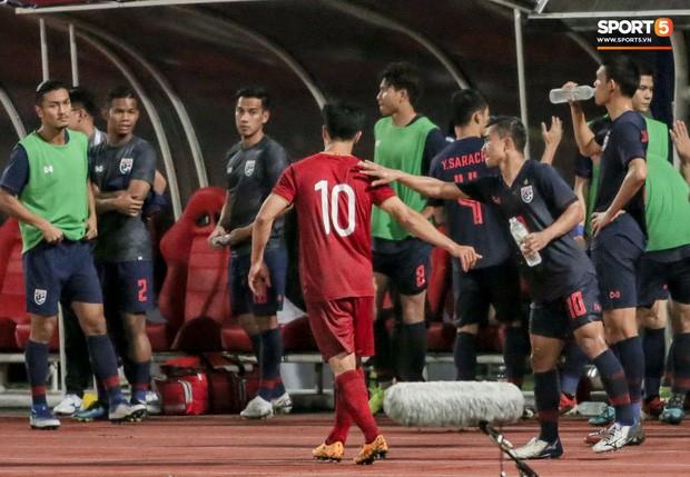 Công Phượng trò chuyện, nắm chặt tay Messi Thái Lan trước những cái nhìn kỳ lạ của đồng đội - Ảnh 4.