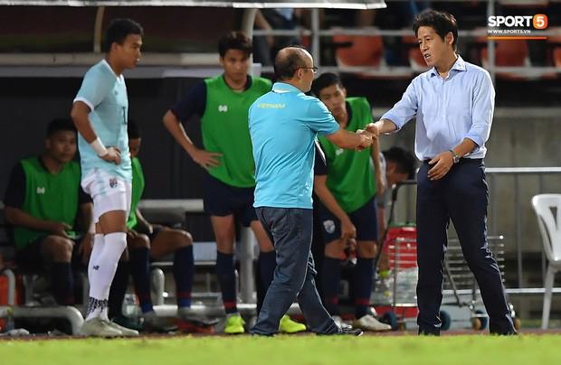 Công Phượng trò chuyện, nắm chặt tay Messi Thái Lan trước những cái nhìn kỳ lạ của đồng đội - Ảnh 6.
