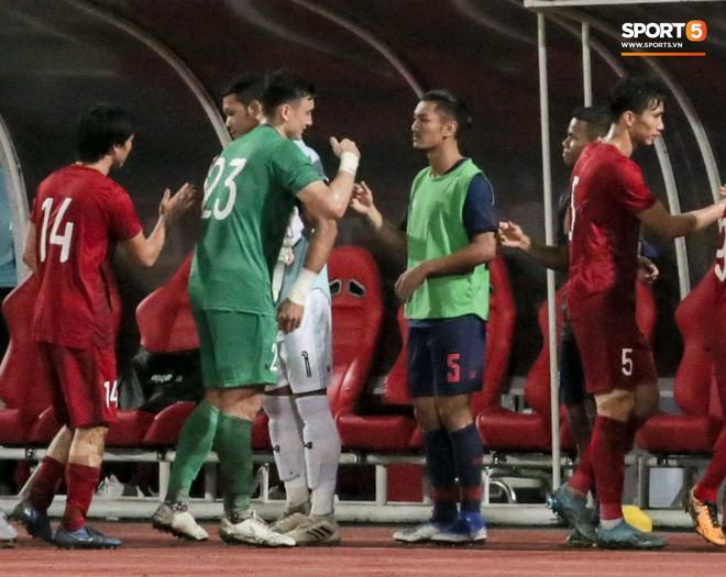 Công Phượng trò chuyện, nắm chặt tay Messi Thái Lan trước những cái nhìn kỳ lạ của đồng đội - Ảnh 9.