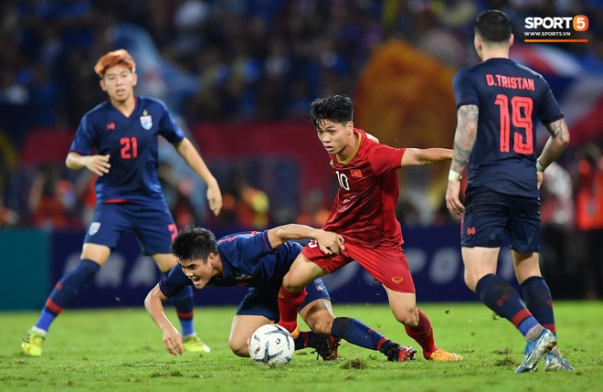 Công Phượng trò chuyện, nắm chặt tay Messi Thái Lan trước những cái nhìn kỳ lạ của đồng đội - Ảnh 10.