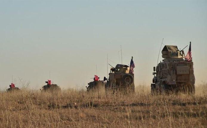 """Xe quân sự Thổ Nhĩ Kỳ """"rầm rập"""" tiến vào Syria, UAV quần thảo trên không bảo vệ"""
