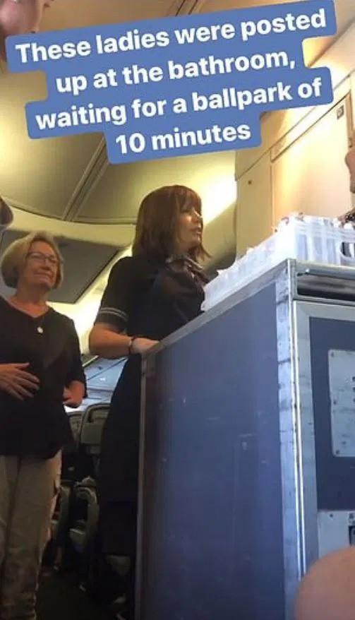 Cặp đôi làm chuyện ấy trong nhà vệ sinh máy bay khiến nhiều hành khách phải chờ đợi, lúc bước ra xấu hổ không dám nhìn ai - Ảnh 3.