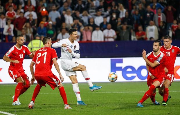Vòng loại Euro 2020: Bị CĐV đối phương dùng Messi để chế giễu, Ronaldo đáp lại đanh thép thế này đây - Ảnh 3.