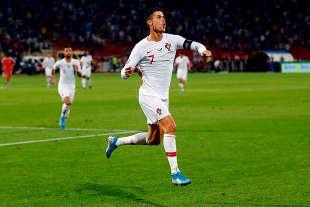 Vòng loại Euro 2020: Bị CĐV đối phương dùng Messi để chế giễu, Ronaldo đáp lại đanh thép thế này đây - Ảnh 5.