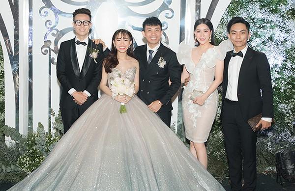 Vợ chồng Khánh Thi tình tứ dự đám cưới 'ái nữ' đại gia Minh Nhựa - Ảnh 1.