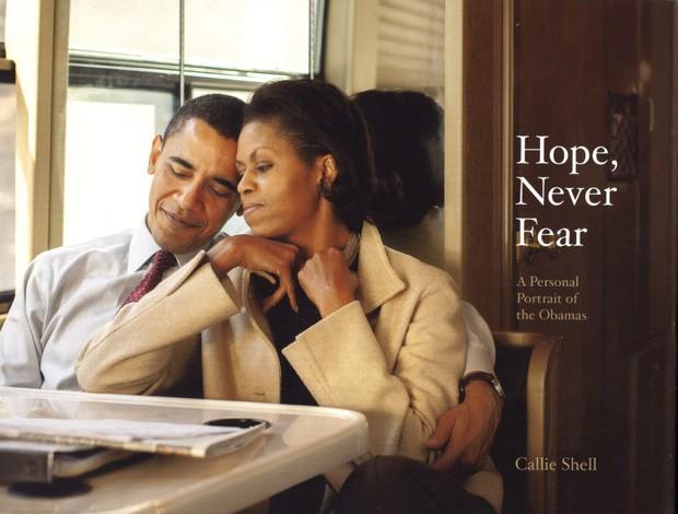 Những bức ảnh đời thường của vợ chồng Obama ngày xưa: Đôi giày rách gắn bó một thời với cựu Tổng thống Mỹ hóa ra có ý nghĩa đặc biệt - Ảnh 1.