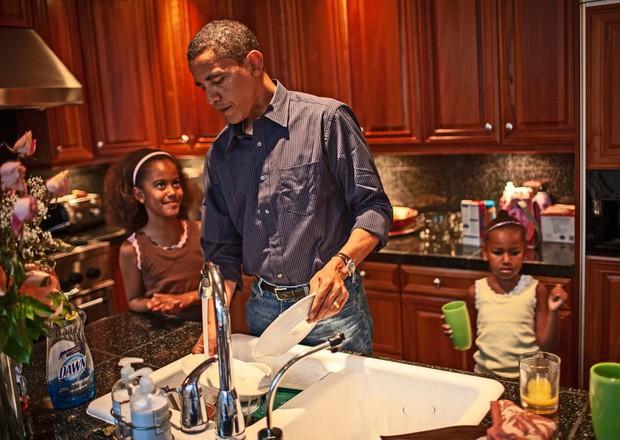 Những bức ảnh đời thường của vợ chồng Obama ngày xưa: Đôi giày rách gắn bó một thời với cựu Tổng thống Mỹ hóa ra có ý nghĩa đặc biệt - Ảnh 2.