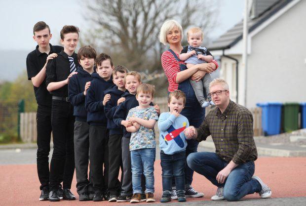 Dành cả thanh xuân để đẻ 10 cậu con trai, cuối cùng hai vợ chồng cũng đón được bé út là một tiểu công chúa dễ thương - Ảnh 2.
