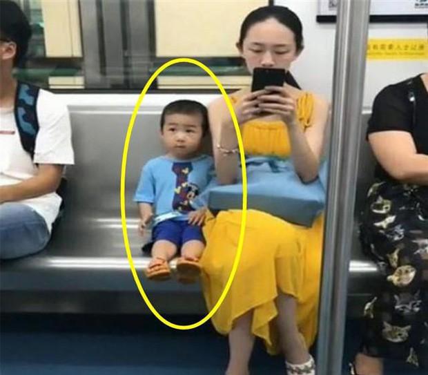 Ai cũng đoán đây là đứa trẻ ngoan, được giáo dục tốt chỉ vì biểu hiện này khi ngồi cạnh mẹ - Ảnh 1.