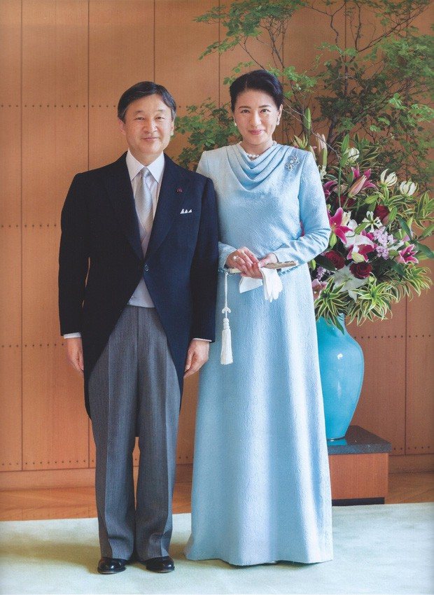 Vừa công bố ảnh lịch của năm, Hoàng hậu Nhật Bản đã gây sốt với vẻ đẹp vượt thời gian, mặc lại đồ cũ 22 năm vẫn thần thái ngút ngàn - Ảnh 2.