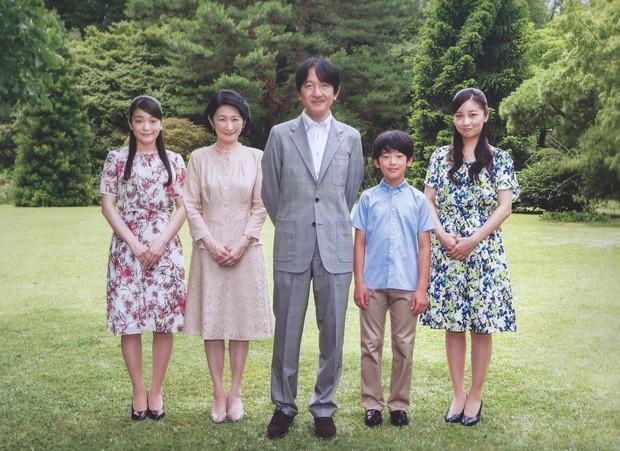 Vợ chồng Nhật hoàng và gia đình Thái tử Fumihito xuất hiện trong ảnh lịch của hoàng gia.