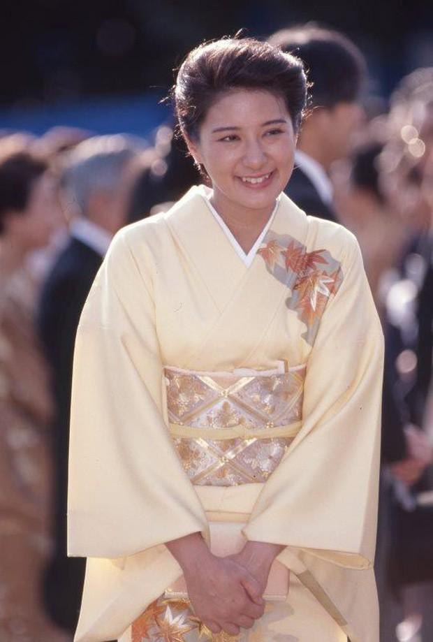 Vừa công bố ảnh lịch của năm, Hoàng hậu Nhật Bản đã gây sốt với vẻ đẹp vượt thời gian, mặc lại đồ cũ 22 năm vẫn thần thái ngút ngàn - Ảnh 5.