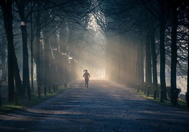 Nhiều người thành công dậy từ 5h sáng, nhưng không phải ai dậy sớm cũng thành công: Ép bản thân vào nhầm khuôn, bạn tự giết năng suất của chính mình - Ảnh 1.