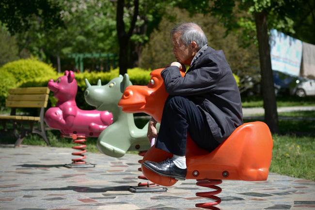 Khủng hoảng cô đơn ở tuổi xế chiều khiến người già Trung Quốc phải tìm bạn tình ở công viên, cuối cùng đối mặt với nguy cơ nhiễm HIV - Ảnh 2.