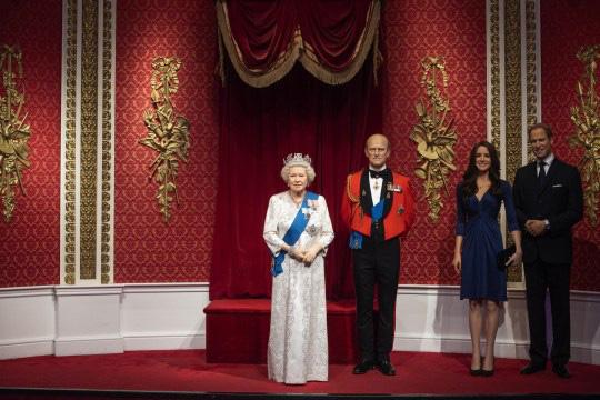 Tượng sáp của vợ chồng Meghan Markle bị di dời khỏi khu vực hoàng gia và câu nói đầy phũ phàng của Hoàng tử Harry sau thông báo gây sốc - Ảnh 2.