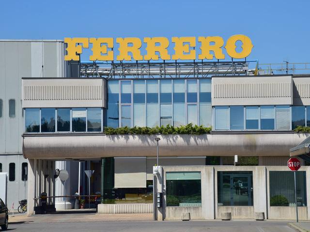 Hé lộ về tỷ phú bí ẩn giàu nhất Italy - Ảnh 11.