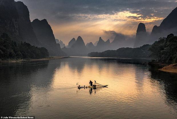 Loạt hình ảnh lão ngư bắt cá bằng chim cốc độc đáo khó rời mắt trong khung cảnh đẹp như tranh thủy mặc - Ảnh 6.