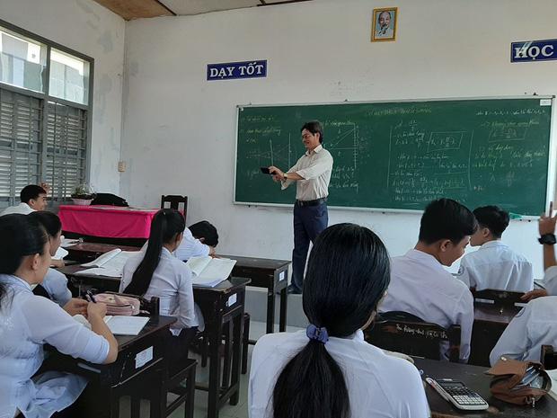 Thấy trò ngồi ngay bàn đầu ngủ gật, thầy giáo nhẹ nhàng làm một hành động khiến học trò không dám tái phạm - ảnh 1