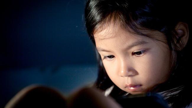 Con gái ngủ ở phòng riêng cứ kêu giường chật quá, xem xong camera người mẹ không khỏi lặng người - Ảnh 1.
