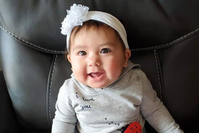 Bé gái 10 tháng tuổi bị bạn trai của mẹ nhét vào ba lô kéo khóa kín và nhốt trong ô tô 5 giờ đồng hồ - Ảnh 2.