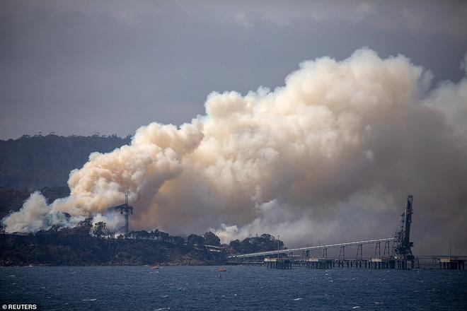 Hỏa Diệm Sơn ở Úc: Đám cháy lớn từ 2 nơi nhập vào nhau tạo thành ngọn lửa khổng lồ thiêu đốt hơn nửa triệu héc ta - Ảnh 2.