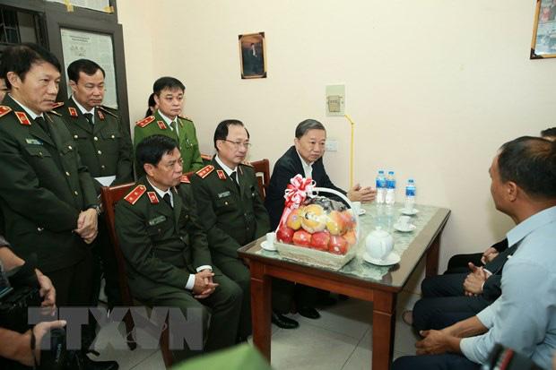 Đại tướng Tô Lâm đến chia buồn với gia đình chiến sĩ công an hy sinh - Ảnh 1.