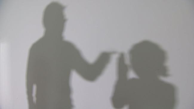 Chăn dắt vợ đi bán dâm suốt hơn 10 năm, người đàn ông cầm thú gây phẫn nộ hơn khi quấy rối tình dục con gái mới học tiểu học - Ảnh 2.