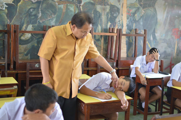 Thấy trò ngồi ngay bàn đầu ngủ gật, thầy giáo nhẹ nhàng làm một hành động khiến học trò không dám tái phạm - ảnh 3