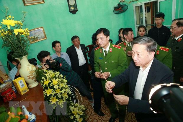 Đại tướng Tô Lâm đến chia buồn với gia đình chiến sĩ công an hy sinh - Ảnh 4.