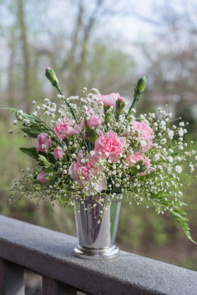 Muốn bình hoa cẩm chướng sinh động hơn bạn có thể cắm thêm cùng các loại lá khác hoặc xen kẽ các loại hoa nhỏ hơn như hoa baby cũng rất đẹp.