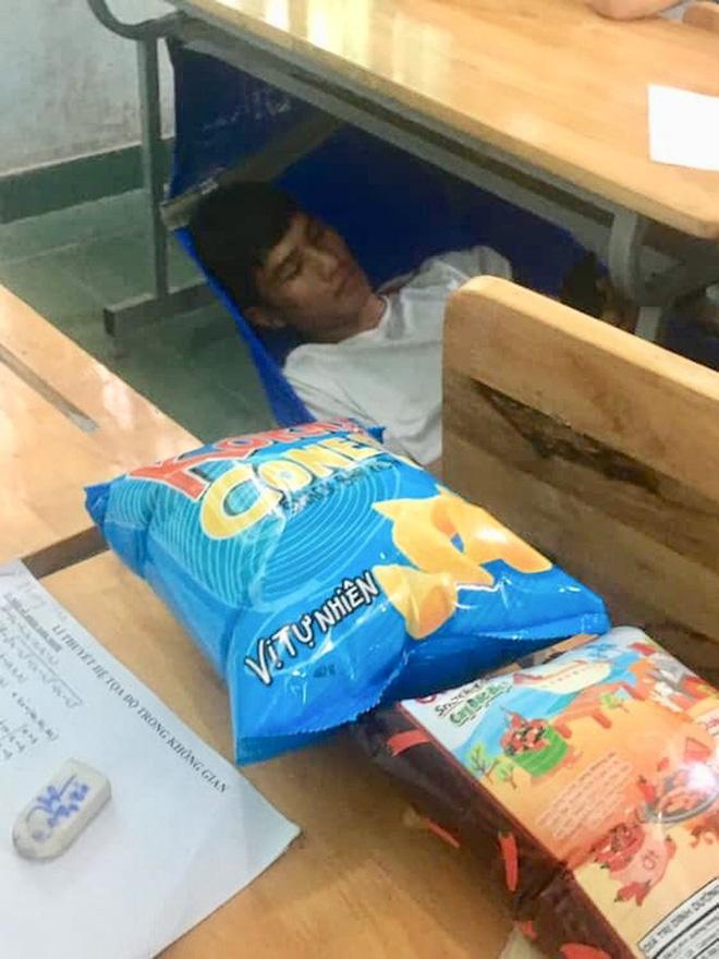 Thấy trò ngồi ngay bàn đầu ngủ gật, thầy giáo nhẹ nhàng làm một hành động khiến học trò không dám tái phạm - ảnh 4