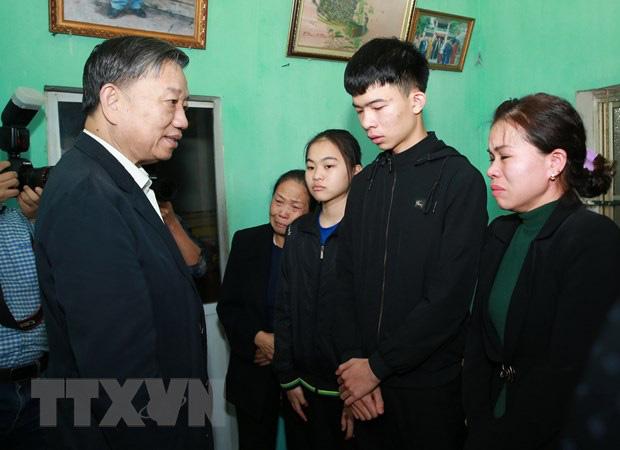 Đại tướng Tô Lâm đến chia buồn với gia đình chiến sĩ công an hy sinh - Ảnh 5.