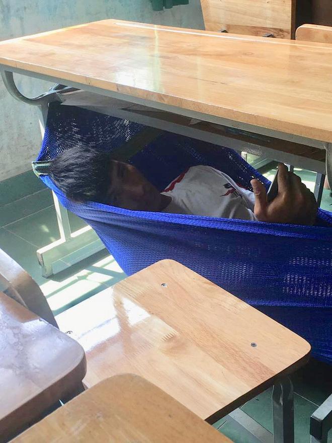 Thấy trò ngồi ngay bàn đầu ngủ gật, thầy giáo nhẹ nhàng làm một hành động khiến học trò không dám tái phạm - ảnh 5