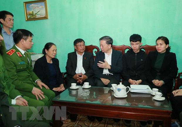 Đại tướng Tô Lâm đến chia buồn với gia đình chiến sĩ công an hy sinh - Ảnh 6.