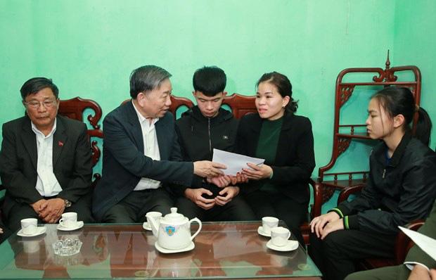 Đại tướng Tô Lâm đến chia buồn với gia đình chiến sĩ công an hy sinh - Ảnh 7.