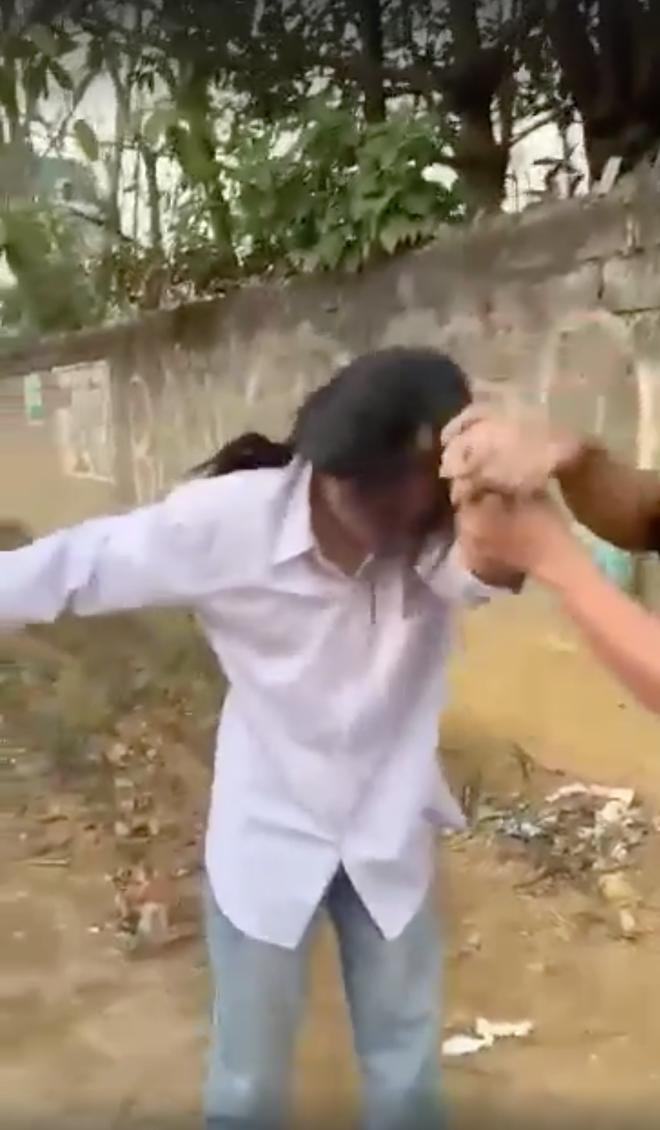 Xuất hiện clip nhóm phụ huynh vây đánh một nữ sinh ngay giữa đường, nghi do quá bức xúc vì con gái bị đánh hội đồng  - Ảnh 1.