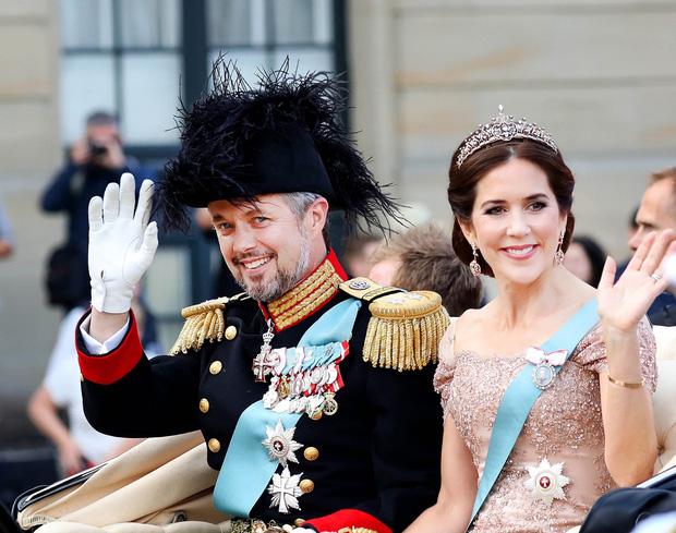 Cũng là Lọ Lem ngoại quốc như Meghan, Công nương Đan Mạch chọn ở lại cung điện rồi viết nên cái kết đẹp như cổ tích thực sự - Ảnh 1.