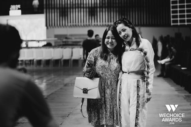 Khoảnh khắc hội ngộ giữa 2 thế hệ: Ngọc Linh dịu dàng, Chi Pu và Bảo Anh đầy gợi cảm, cùng hòa giọng tại sân khấu tổng duyệt WeChoice Awards 2019!  - Ảnh 1.
