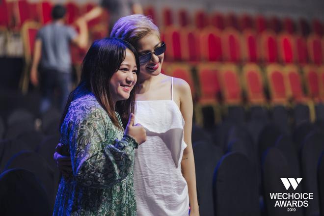 Khoảnh khắc hội ngộ giữa 2 thế hệ: Ngọc Linh dịu dàng, Chi Pu và Bảo Anh đầy gợi cảm, cùng hòa giọng tại sân khấu tổng duyệt WeChoice Awards 2019!  - Ảnh 2.